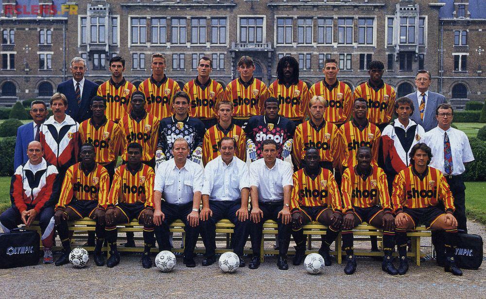 Lors de la saison 1994-1995, les Lensois arborent l'éternel maillot sang et or, ainsi qu'un short noir en hommage aux mineurs. [rclens.fr]