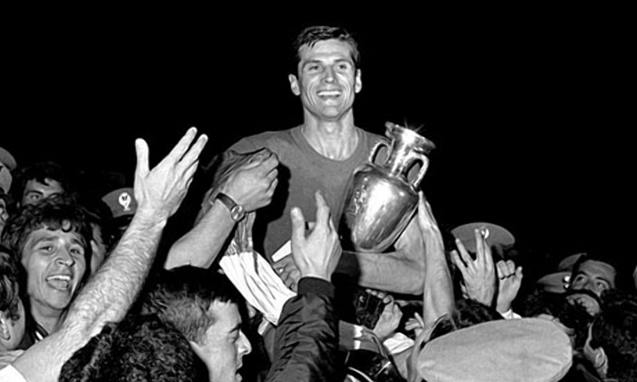 Giacinto Facchetti soulève le trophée de l'Euro après la finale à Rome en juin 1968