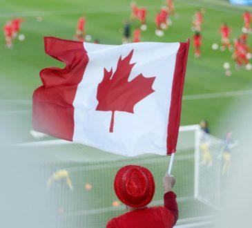 Un supporter brandit le drapeau canadien au stade