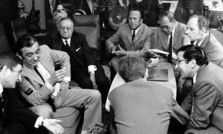 Horst Gregorio Canellas, cigarette à la main, par qui le scandale a été rendu public.