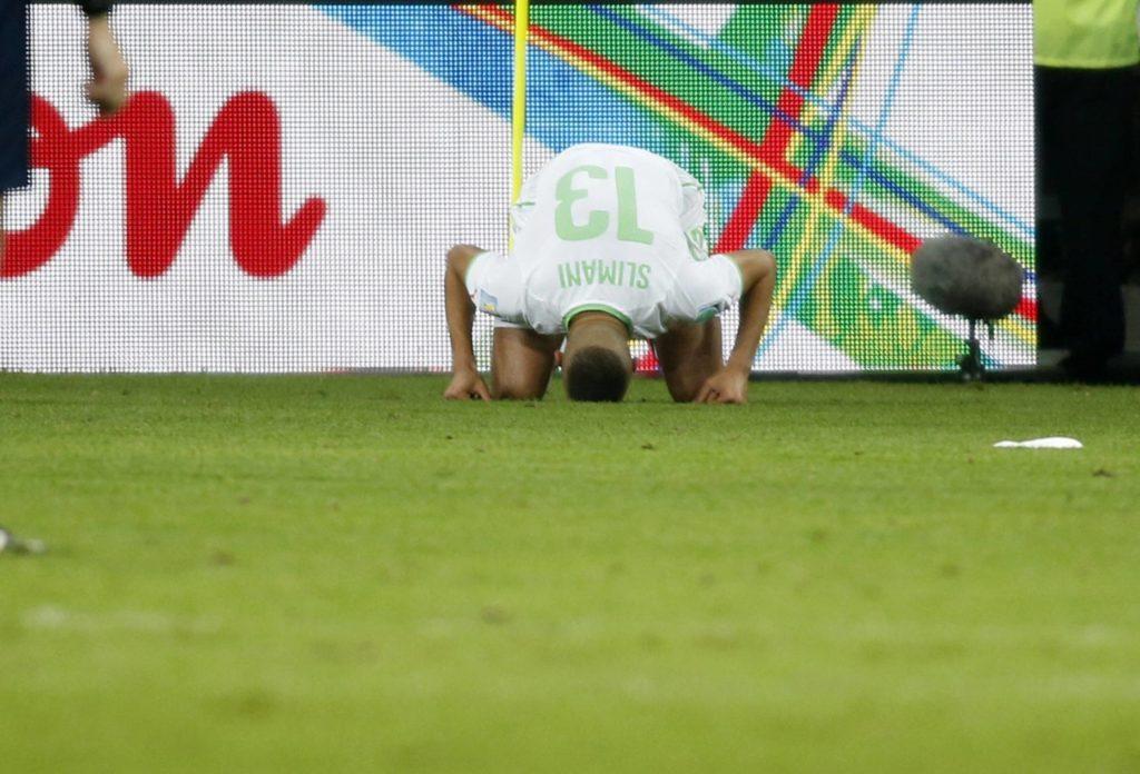 Islam Slimani célèbre un but historique : en égalisant de la tête face à la Russie (1-1), il permet à son pays de disputer le premier huitième de finale de son histoire en Coupe du monde. [Imago/One Football]