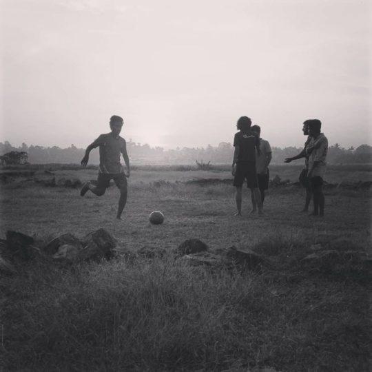 Des jeunes jouent au foot au Kenya